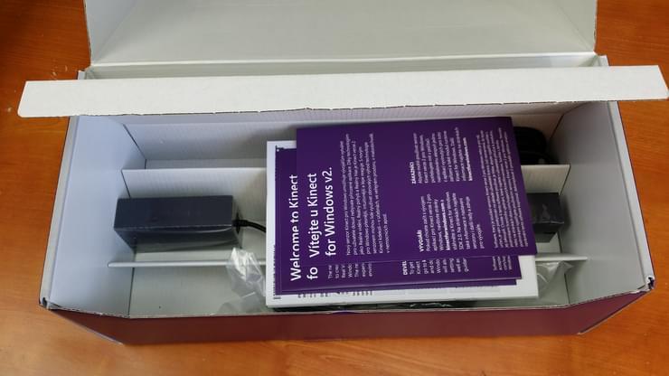 Câbles et alimentation de Kinect pour Windows v2 présentés dans le carton d'origine