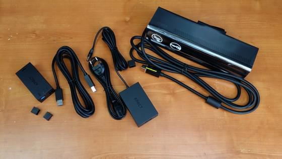 Contenu des accessoires de la boîte (dont capteur, alimentation, câbles)