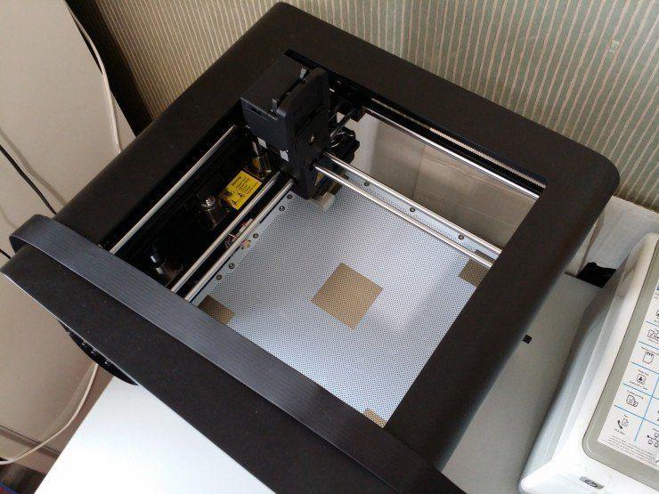 Le plateau chauffant est installé à l'intérieur de l'imprimante Zortrax M200